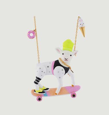 Collier Zoé L'Agnelle Coréenne Sur Son Skateboard